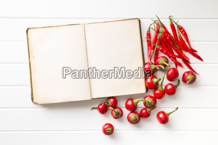 blank rezeptbuch und hot chili peppers