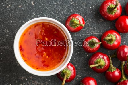 rote chilischoten und chilisauce