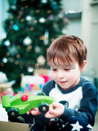 junge eroeffnet weihnachtsgeschenke