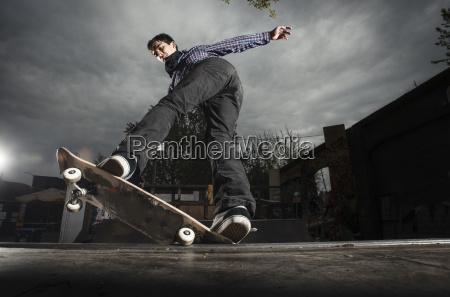 skateboarding auf mini rampe5 0 grind