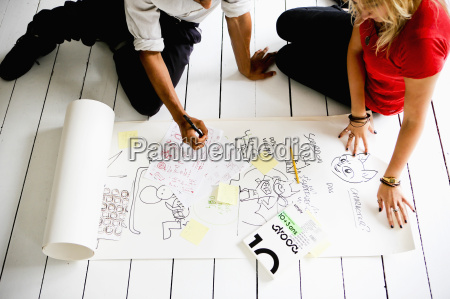 grafikdesigner brainstorming auf dem boden