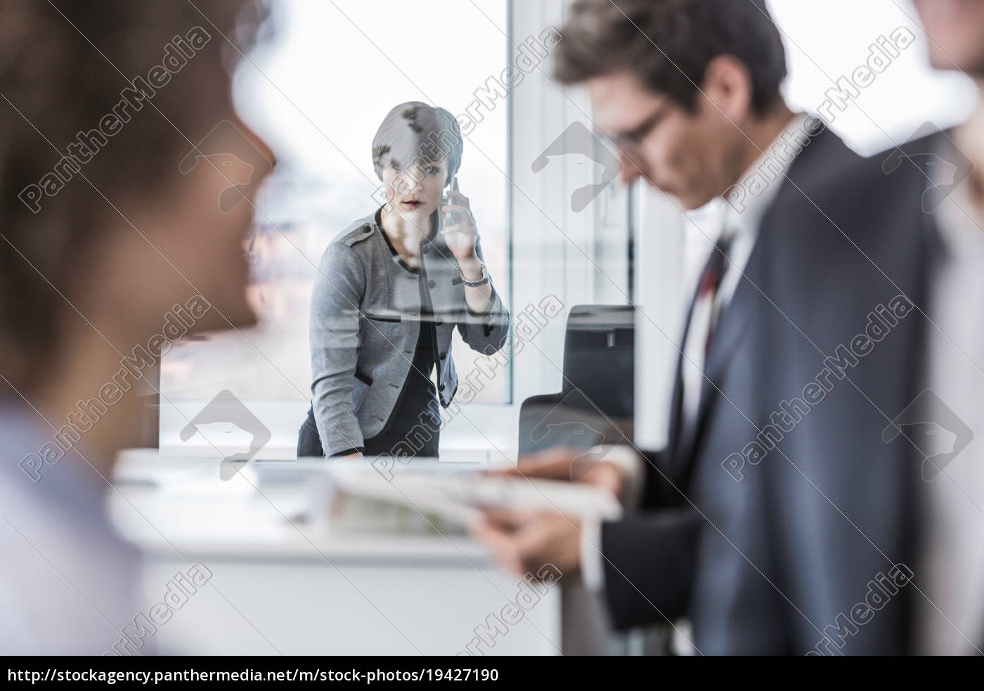 geschäftsleute, arbeiten, im, büro - 19427190