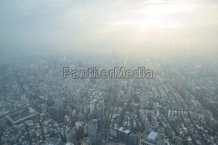 luftaufnahme der stadt in smog taipei