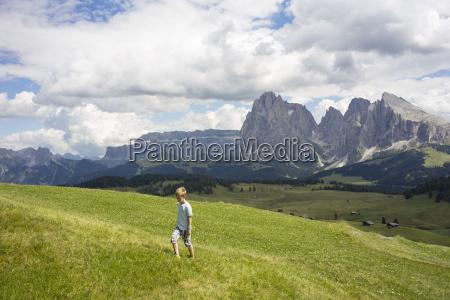 boy walking up hill alto alige
