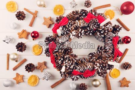 adventskranz mit traditionellen weihnachtsschmuck und gewuerzen