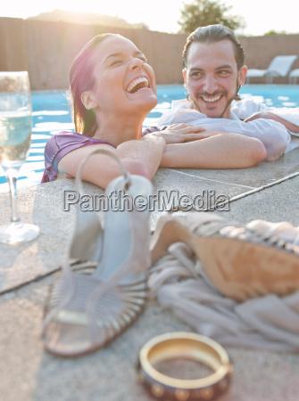 paar, im, schwimmbad, gekleidet - 19442778