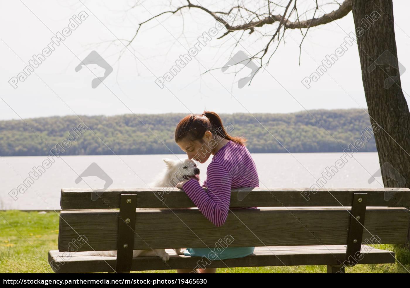 frau, mit, hund, auf, parkbank - 19465630