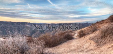 wild sonnenuntergang abendrot bergwandern trampelpfad geleise