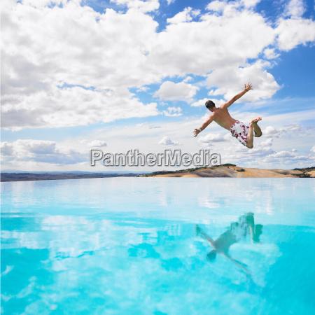 mann springt in schwimmbad