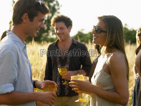 menschen auf einer cocktailparty
