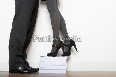 geschaeftsfrau auf dem papier stapel