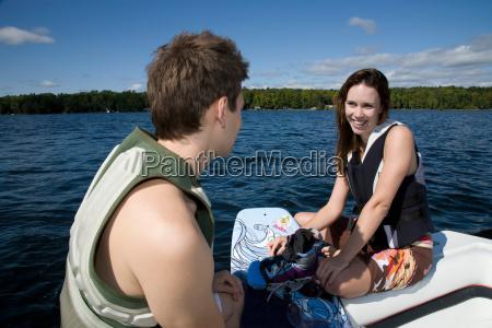 paare die im schnellboot mit wakeboard