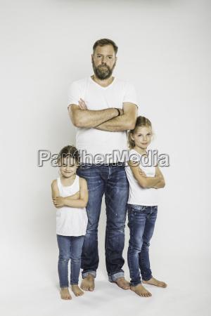 studioportraet von zwei schwestern und vater