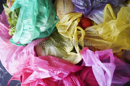 overhead ansicht von bunten plastik einkaufstaschen