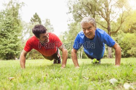 zwei, männer, beim, push-up, im, freien - 19482206