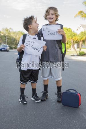 portraet af to skoledreng brodre holder