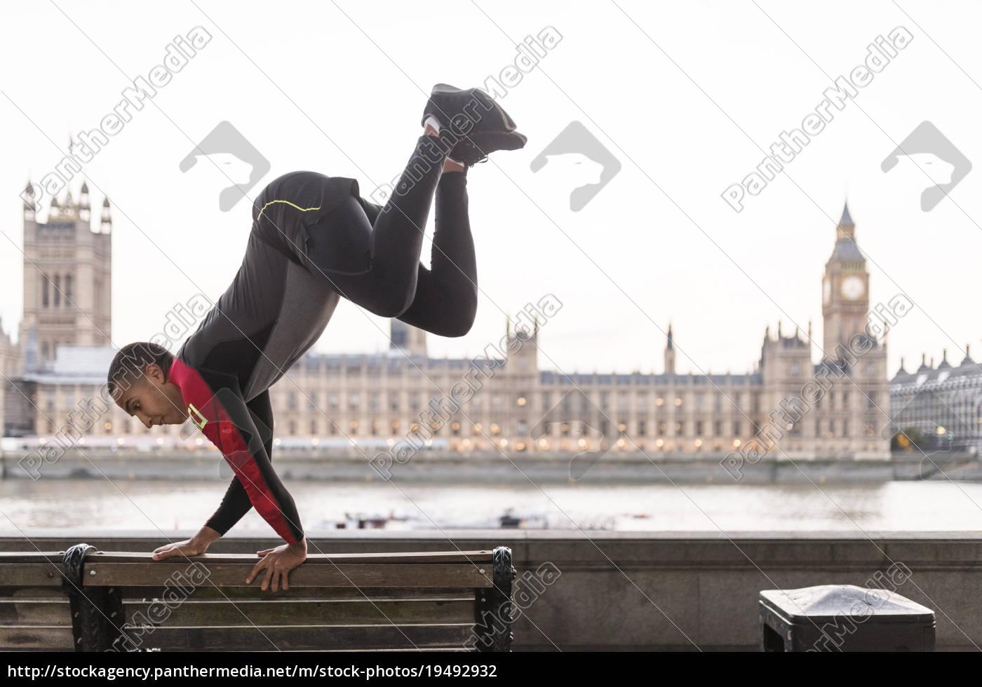 junger, mann, über, parkbank, springend, auf - 19492932