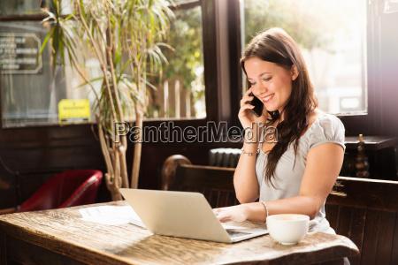 mid, erwachsene, frau, sitzt, mit, laptop - 19495416