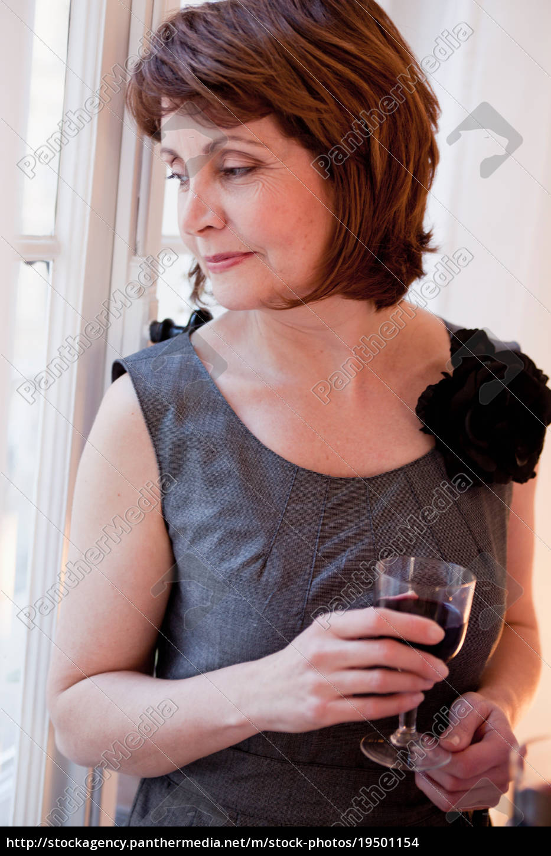 frau, im, grauen, kleid, mit, glas - 19501154