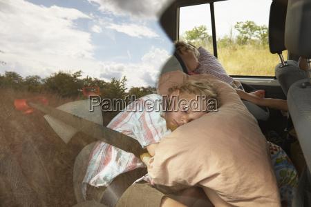 zwei junge jungen schlafen im gelaendewagen