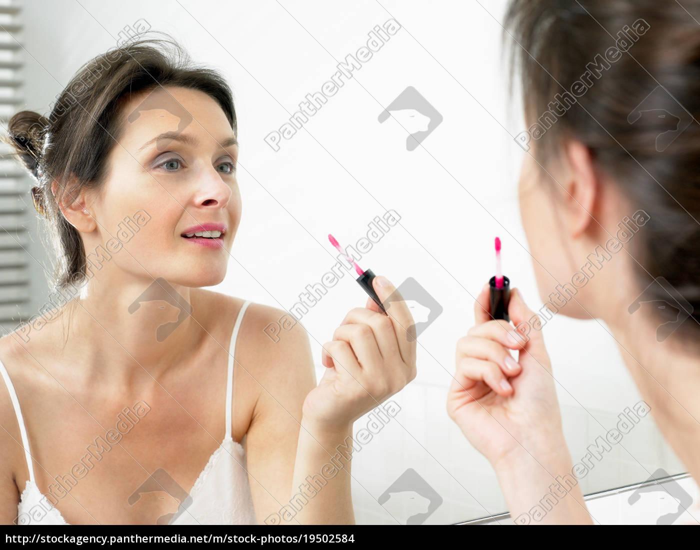 frau, im, badezimmer, auftragen, make-up - 19502584