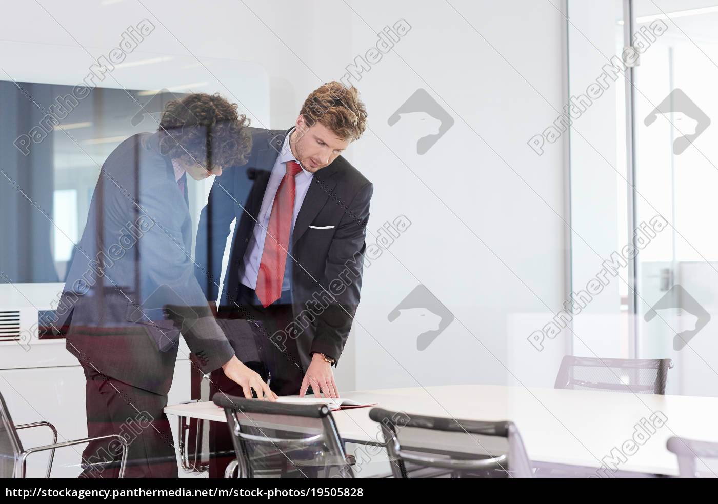 geschäftsleute, stehen, am, konferenztisch, mit, blick - 19505828