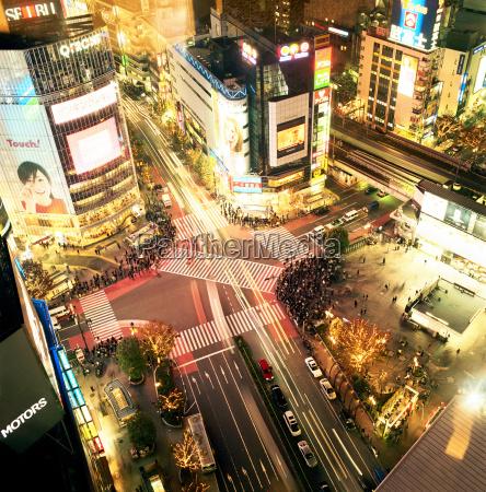 naechtlicher blick auf die UEberfahrt tokio