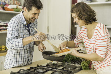 paar bereitet sich vor frisches gemuese