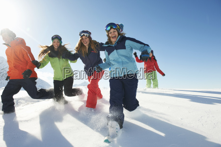 friends running in snow kuhtai austria