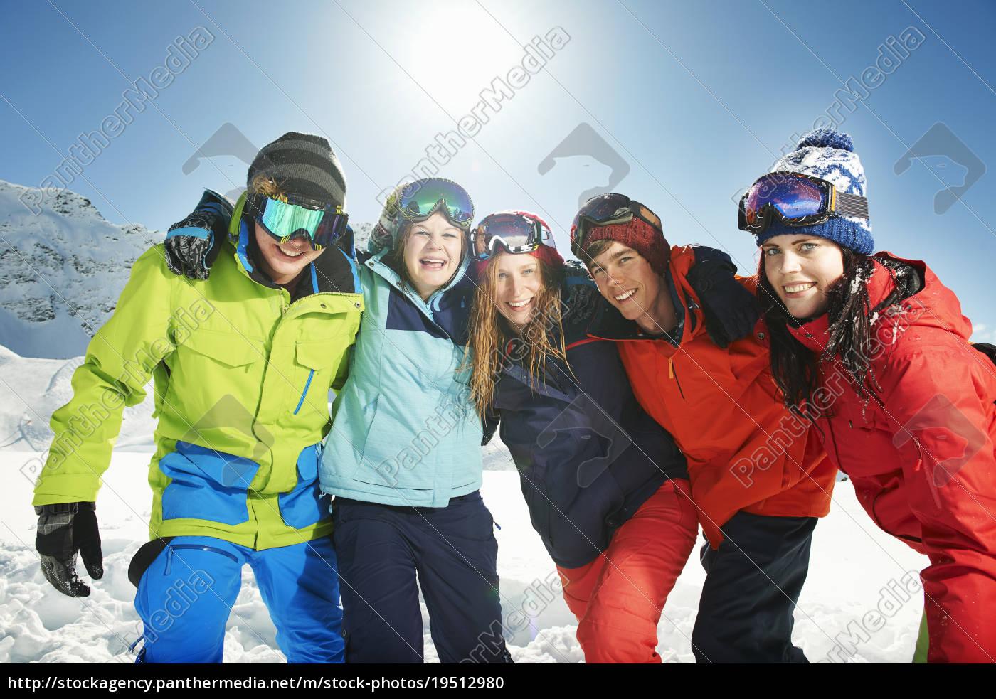 freunde, tragen, skibekleidung, mit, armen, umeinander, kuhtai, Österreich - 19512980
