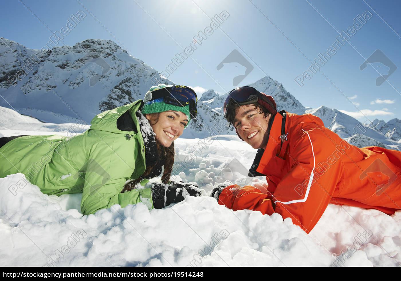 paar, liegt, im, schnee, kuhtai, Österreich - 19514248