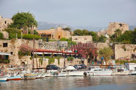 byblos castle und restaurants umgeben yachten