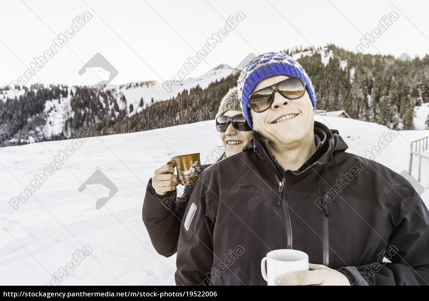 freunde, genießen, kaffee, auf, dem, schneebedeckten - 19522006