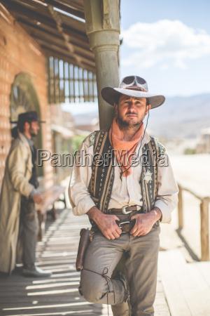 portraet von cowboy der sich an