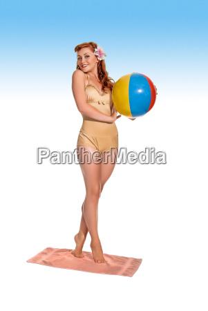retro angeredete junge frau im schwimmenkostuem