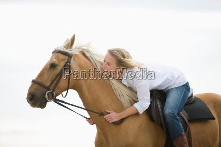maedchen mit braunen pferd am strand