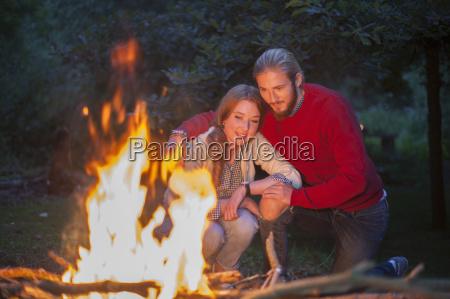 paar, vor, dem, lagerfeuer, brennen - 19529960