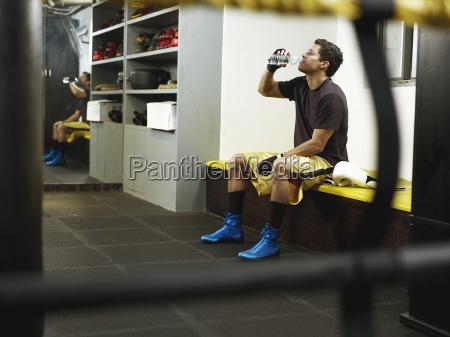trinken trinkend trinkt sport kampf maennlich