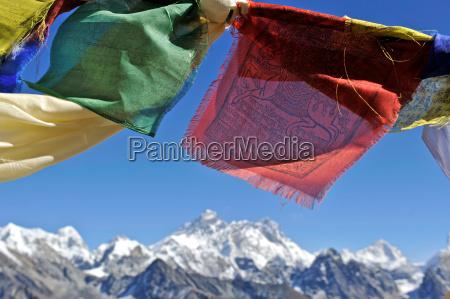 tibetische gebetsfahnen mit blick auf das