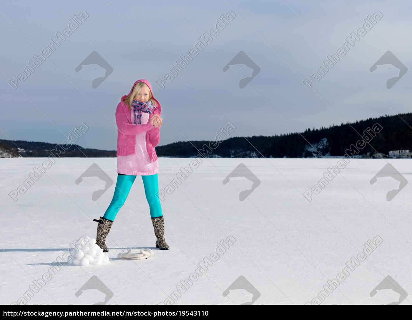 girl, making, a, snow, ball - 19543110