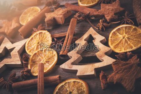weihnachtsgrusskarte traditionelle dekorationen und gewuerze