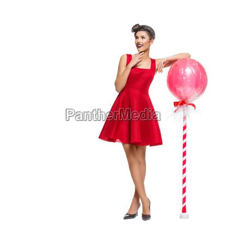 maedchen im roten kleid mit riesigem