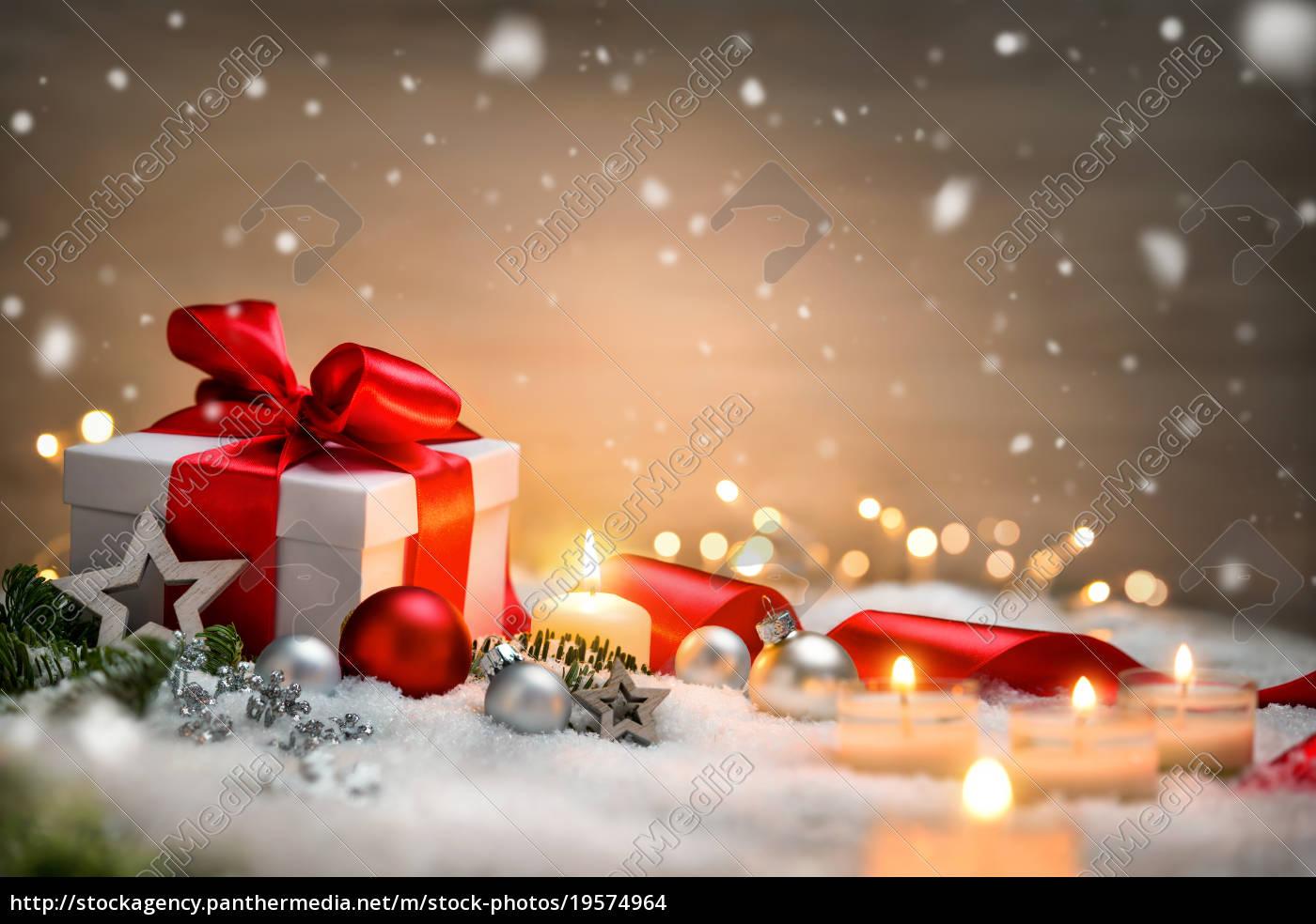 Hintergrund Weihnachten.Lizenzfreies Foto 19574964 Weihnachten Hintergrund Mit Geschenk Und Rotem Band Kerzen