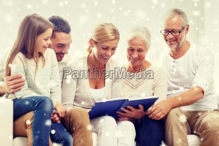 glueckliche familie mit buch oder ein