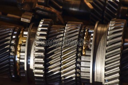 zerlegte kastenwagengetriebe die zahnraeder an der