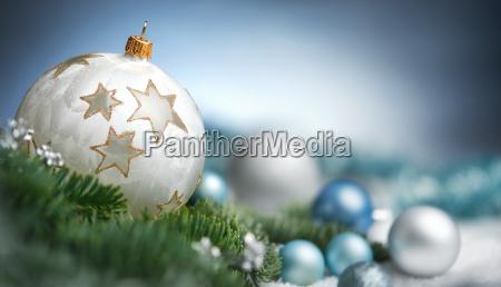 weihnachtskugeln arrangement in nahaufnahme mit textfreiraum