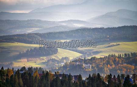 polen herbsthuegel sonniger oktobertag in bergdorf