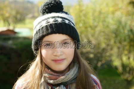 junge pre teen mit einer wintermuetze
