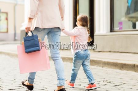 nahaufnahme von mutter und kind einkaufen