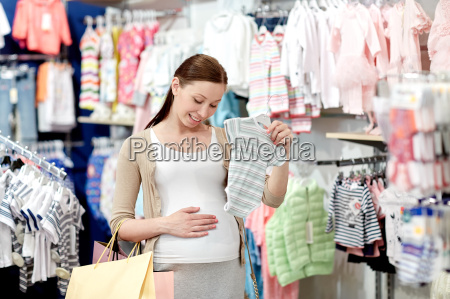 glueckliche schwangere beim einkaufen in der